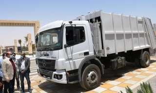 محافظ أسوان يتفقد معدات وسيارات النظافة الجديدة .. ويوجه بتشكيل لجنة للصيانة وتدريب السائقين